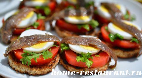 черный хлеб ческок помидоры яйца филе анчоусов