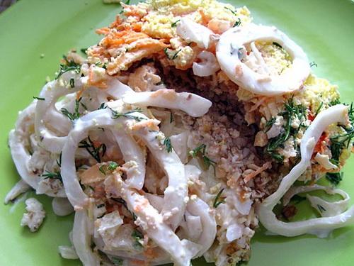 Салат с кальмарами и орехами «Морские фантазии»
