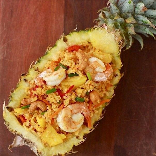 Рис в ананасе с креветками по-тайски