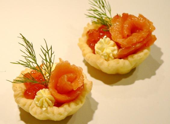 Сырные тарталетки с красной рыбой и икрой