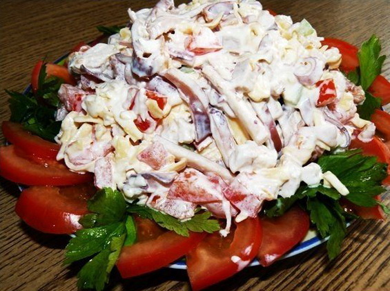 Cалат из кальмаров с сыром и помидорами «Пикантный»