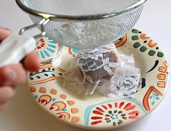 Украшение выпечки пудрой с помощью кружев и ажурных салфеток