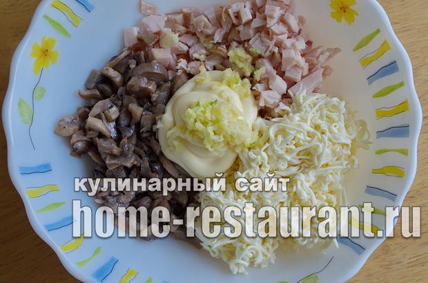 Салат в тарталетках с копченой курицей и грибами_3