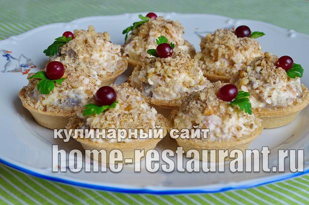 Салат в тарталетках с копченой курицей и грибами_7