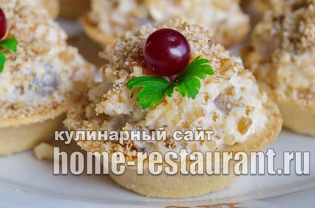 Салат в тарталетках с копченой курицей и грибами_8