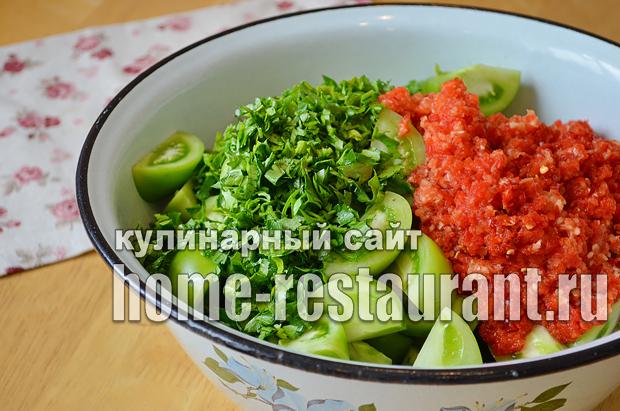 Маринованные зеленые помидоры с чесноком, перцем и зеленью_04