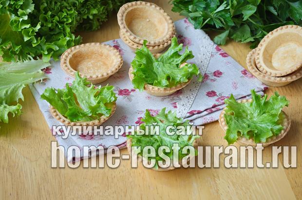Салат в тарталетках с крабовыми палочками и красной икрой_1