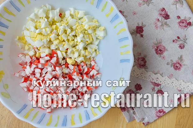 Салат в тарталетках с крабовыми палочками и красной икрой_8