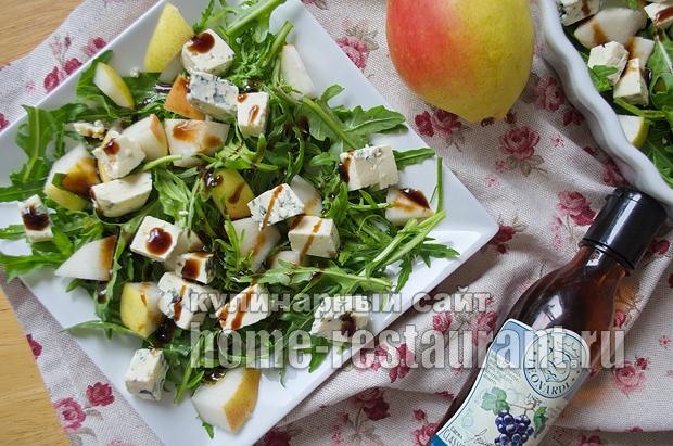 Салат с руколой, грушей и голубым сыром_5