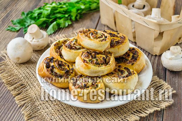 Рулетики из слоеного теста с сыром и грибами