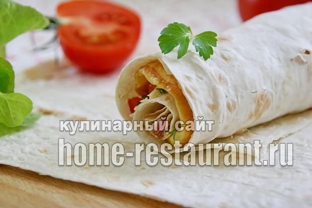 Омлет в лаваше с ветчиной, помидорами и сыром_01