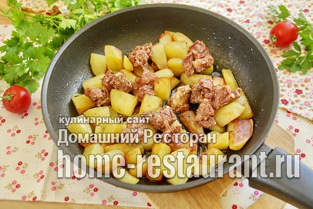 Картошка с тушенкой на сковороде фото _7