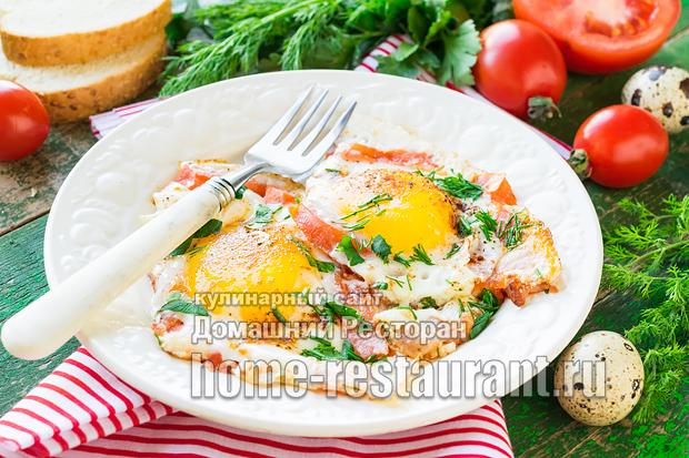 Яичница с беконом и помидорами фото