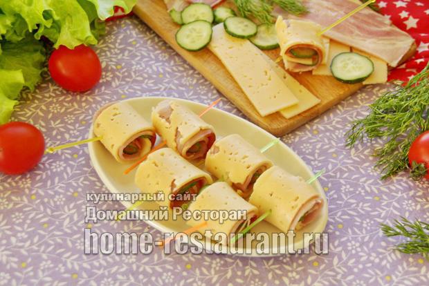Канапе на шпажках с сыром, ветчиной и огурцом фото