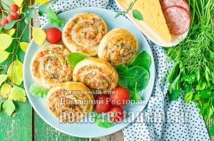 Рулетики из слоеного теста с колбасой и сыром фото