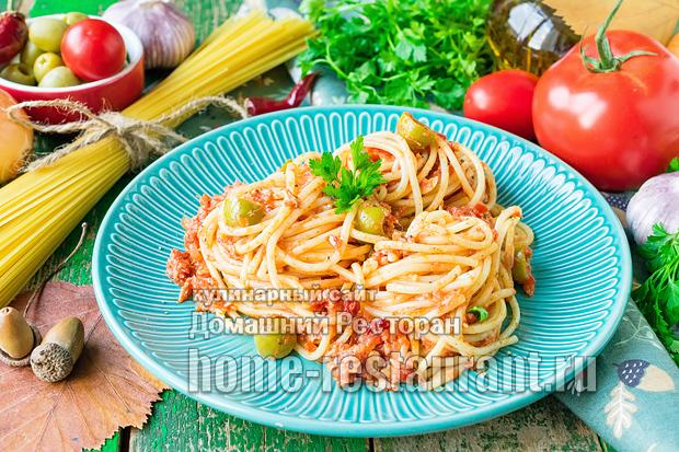 Паста с консервированным тунцом в томатном соусе фото