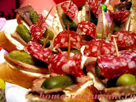 Канапе с языком корнишонами и колбасой.