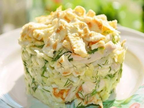 Салат с капустой и яичными блинчиками