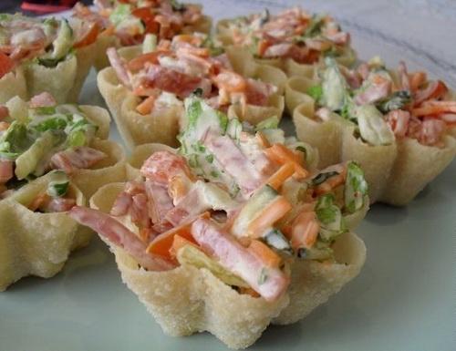 Салат в тарталетках с корейской морковкой и колбасой