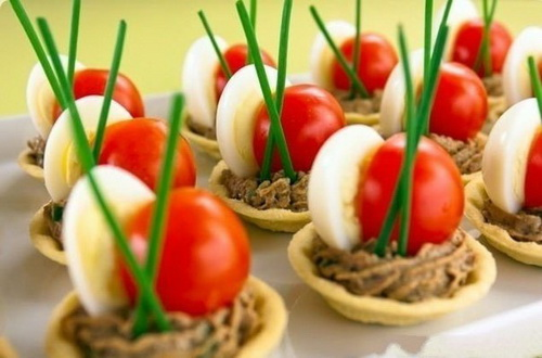 Тарталетки с печеночным муссом, перепелиными яйцами и помидорами черри