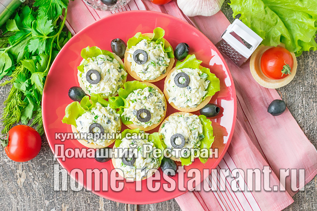 Сырный салат в тарталетках с маслинами и чесноком фото