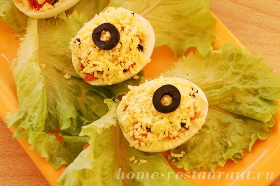 Яйца, фаршированные помидорами и маслинами