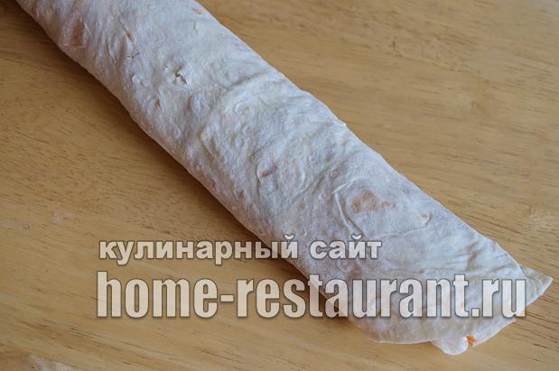 рулетики из лаваша с колбасой и корейской морковкой_09