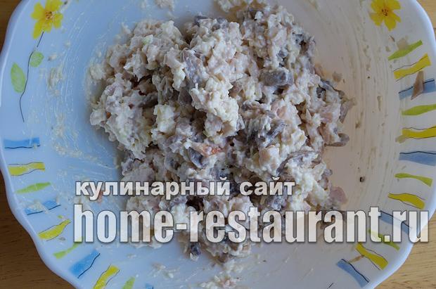 Салат в тарталетках с копченой курицей и грибами_4