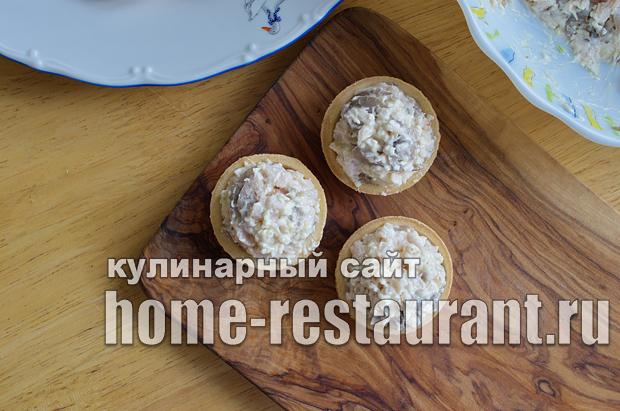 Салат в тарталетках с копченой курицей и грибами_5