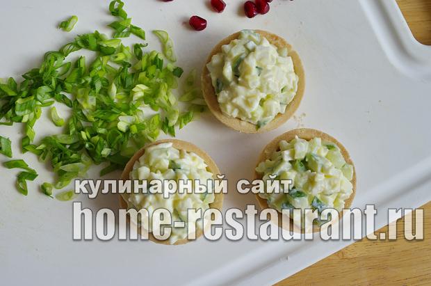 Салат в тарталетках с яйцом и огурцом_4