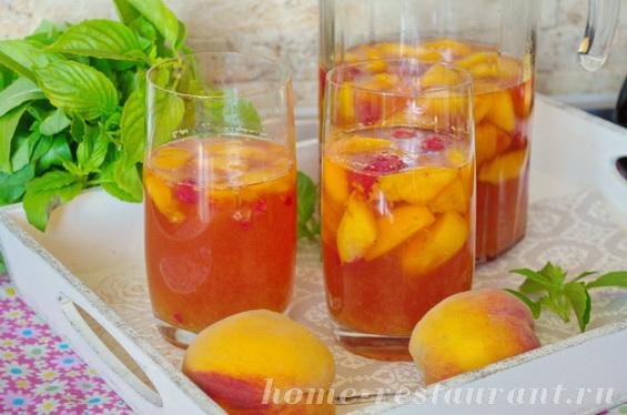 Сангрия с персиками и белым вином