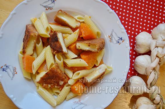 Макароны с тыквой и жареным сыром