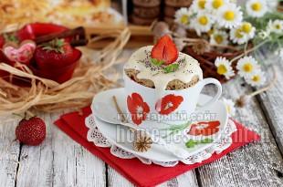 Кекс в кружке в микроволновке с клубникой и ванильной глазурью