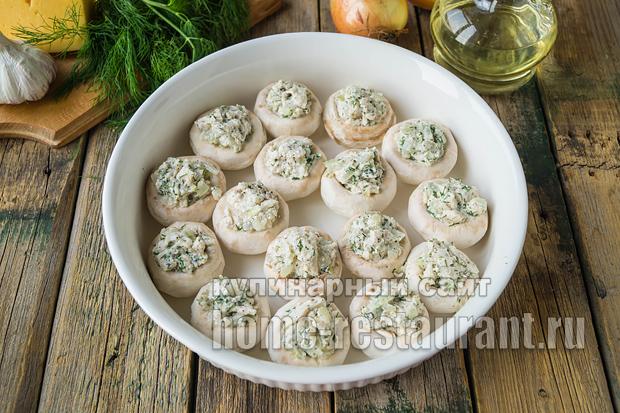 Фаршированные шампиньоны в духовке с сыром и курицей _9