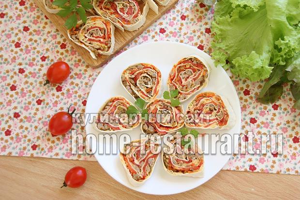 Рулет из лаваша с фаршем, сыром и помидорами