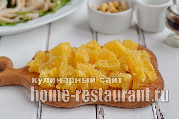 Салат с рукколой, кальмарами, апельсинами и кешью