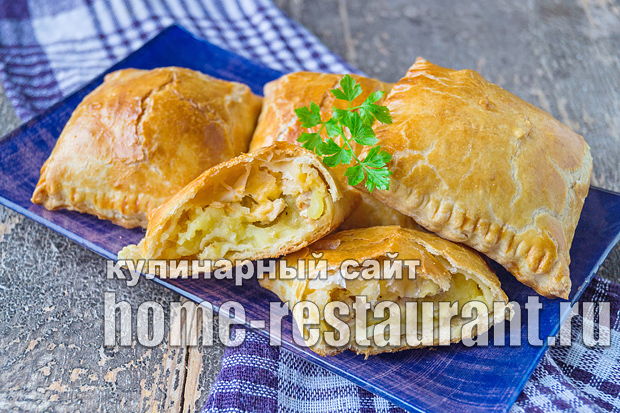 Пирожки из слоеного теста с сыром, курицей и картошкой