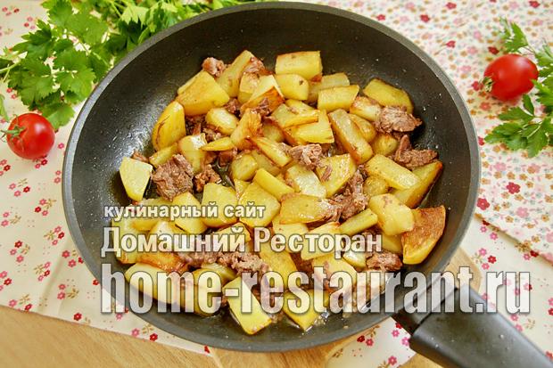 Картошка с тушенкой на сковороде фото _8